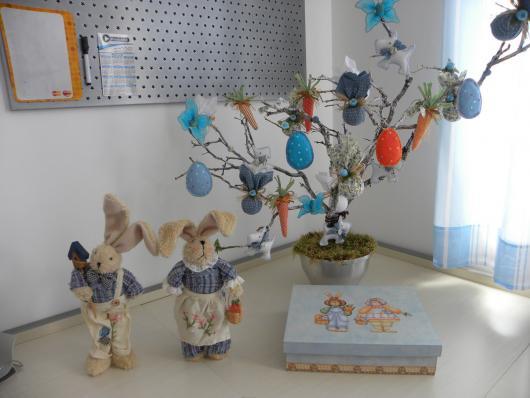 Decoração de Páscoa Para Escola: galho seco de árvore com ovos de tecido