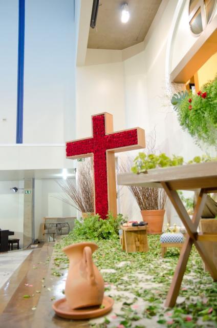 Decoração de Páscoa Para Igreja cruz com meio de rosas vermelhas