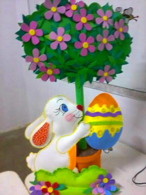 Decoração de Páscoa de EVA: árvore fake com coelho