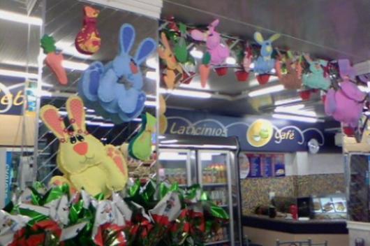 Decoração de Páscoa Para Loja: coelhos coloridos até o teto
