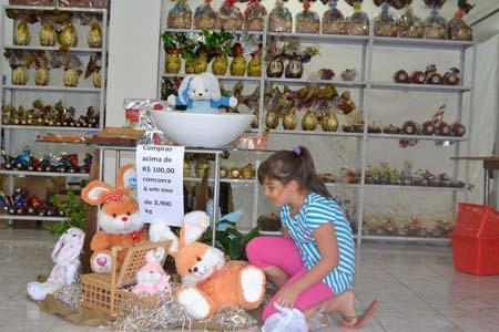 Decoração de Páscoa Para Loja: ilha decorada no centro da loja