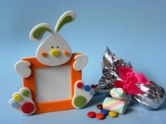 Decoração de Páscoa de EVA: porta retrato com formato de coelho