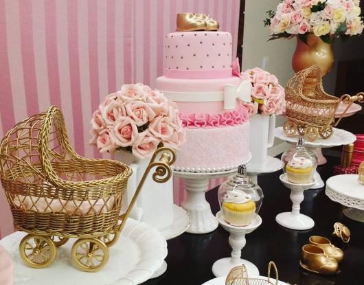 Decoração de Chá de Bebê de menina luxo com carrinhos de bebê dourado