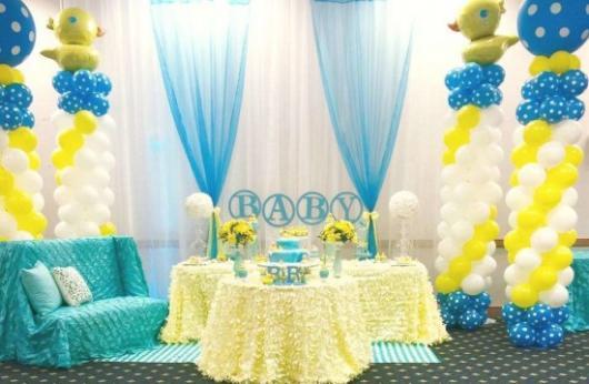 Decoração de Chá de Bebê de menino com tema simples azul e amarelo