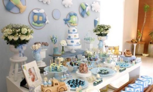 Decoração de Chá de Bebê de menino com tema luxo com brinquedos de madeira