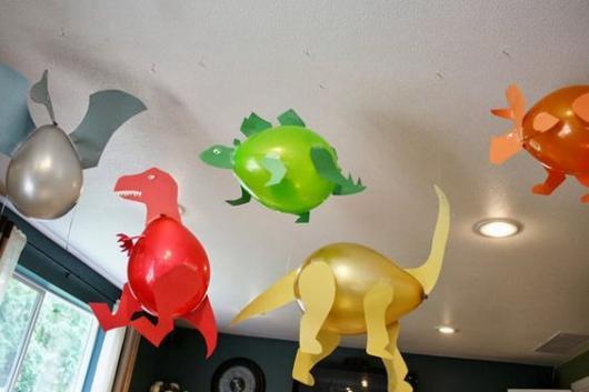 Festa Dinossauro Simples com dinossauros feitos de balão e papel