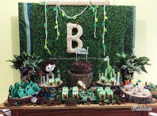 Festa Dinossauro O Bom Dinossauro com bolo fake de madeira