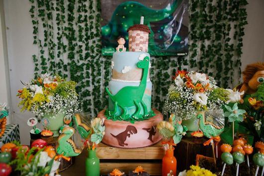 Festa Dinossauro O Bom Dinossauro com bolo fake de 3 andares e topo de bolo