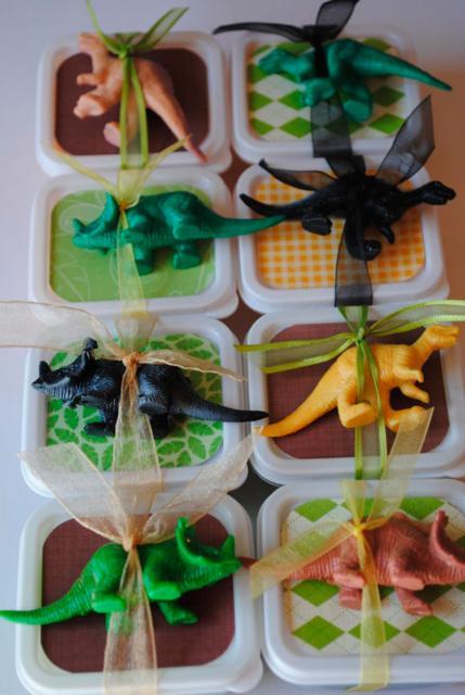 Lembrancinha Festa Dinossauro marmitinha com dinossauro de plástico como brinde