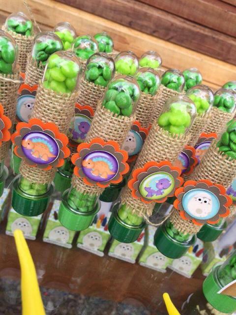 Lembrancinha Festa Dinossauro tubete com balinhas verdes