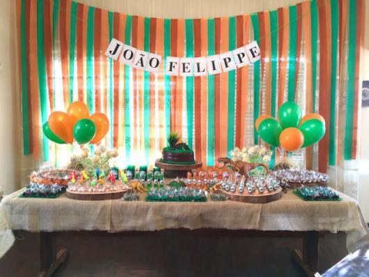 Festa Dinossauro Simples com cortina de papel crepom verde e laranja