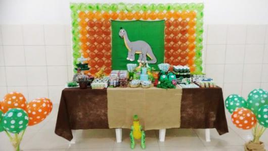 Festa Dinossauro Simples com toalha de mesa marrom e palha