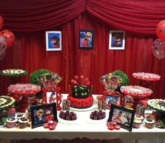 Decoração da Festa Ladybug estilo provençal com cortina vermelha