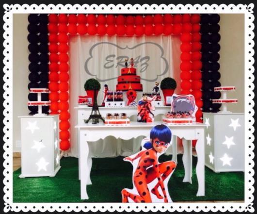 Decoração da Festa Ladybug estilo provençal com painel de balão