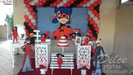 Decoração da Festa Ladybug estilo provençal com cubos com arabescos