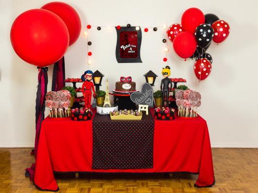 Decoração da Festa Ladybug Simples com toalha de tecido vermelho