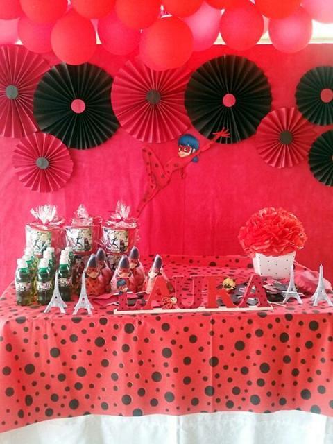 Decoração da Festa Ladybug Simples com flores de papel
