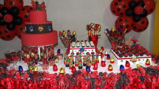Decoração da Festa Ladybug Simples com doces na mesa