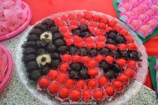 Decoração da Festa Ladybug Simples doces formando uma joaninha