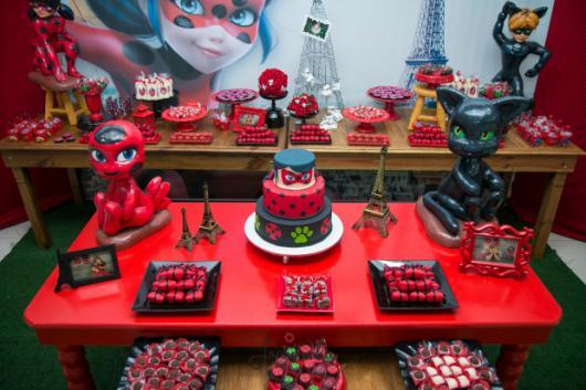 Decoração da Festa Ladybug Baby com mesa provençal vermelha