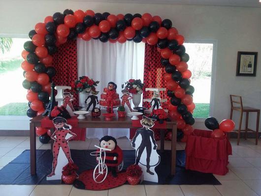 Decoração da Festa Ladybug Baby com arco de balões