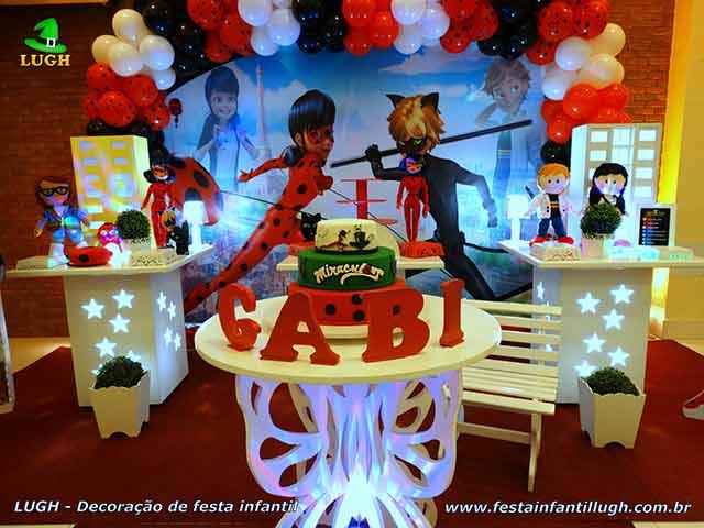 Decoração da Festa Ladybug e Cat Noir com mesa especial para o bolo