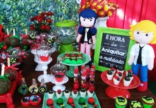 Decoração da Festa Ladybug e Cat Noir com bonecos de feltro