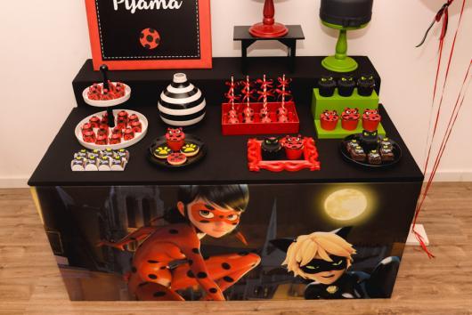 Decoração da Festa Ladybug e Cat Noir com mesa preta envelopada