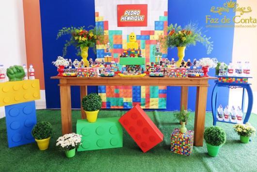 Festa Lego Super Heróis da Marvel com flores naturais