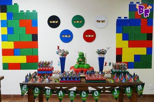 Festa Lego Ninjago com painel em formato de lego e rostinho dos ninjas