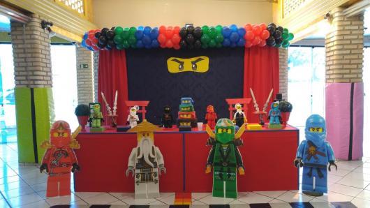 Festa Lego Ninjago com painel preto e apenas dos olhos do ninja aparecendo