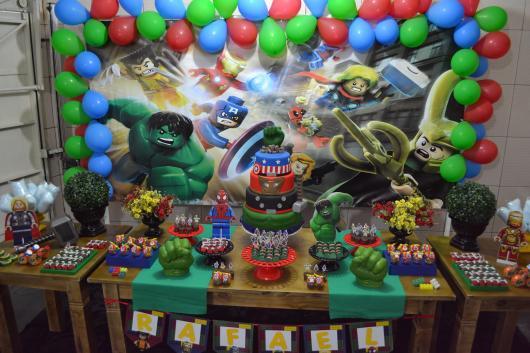 Festa Lego Super Heróis da Marvel com painel de lona e bexigas coloridas