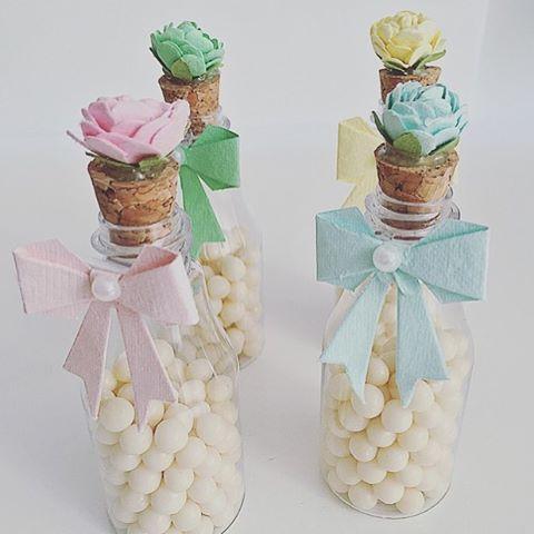 Garrafinhas para Lembrancinhas de Plástico com rolha e rosa em cima