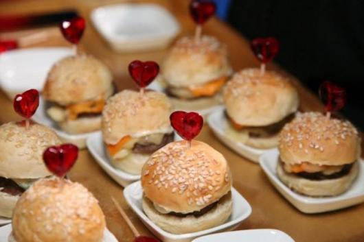 Dicas de o que servir em festa infantil à tarde: mini hamburguer