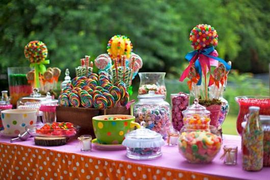 Dicas de o que servir em festa infantil de 1 ano: mesa de doces com gomas e pirulitos