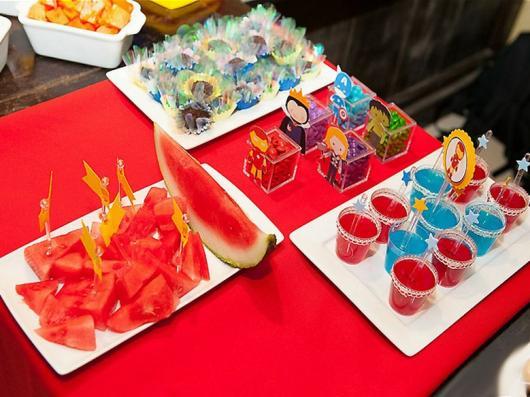 Dicas de o que servir em festa infantil simples e barato: gelatina de frutas