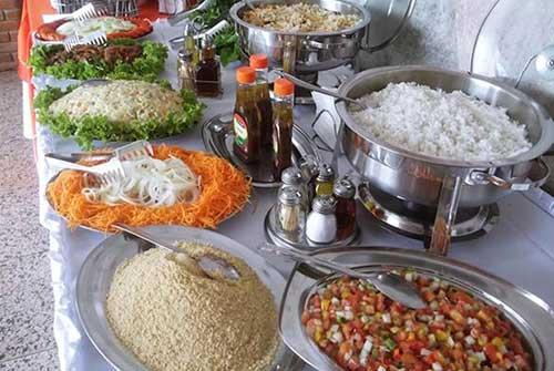 Dicas de o que servir em festa infantil simples e barato: arroz, carne e salada