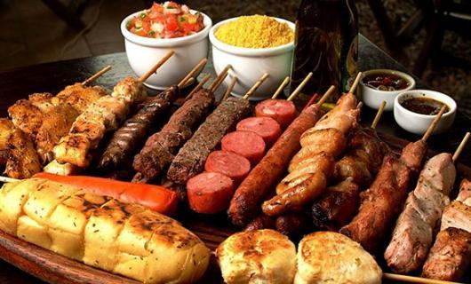Dicas de o que servir em festa infantil à tarde: espetinho e pão de alho