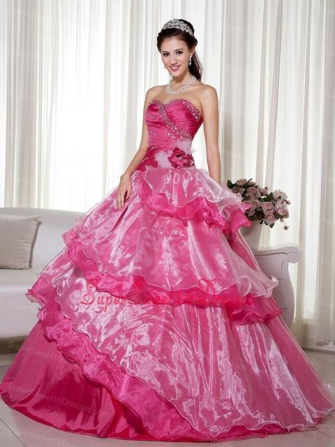 vestido de debutante rosa com saia com camadas
