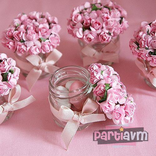 Potinhos de vidro para lembrancinhas decorado com flores e laço.
