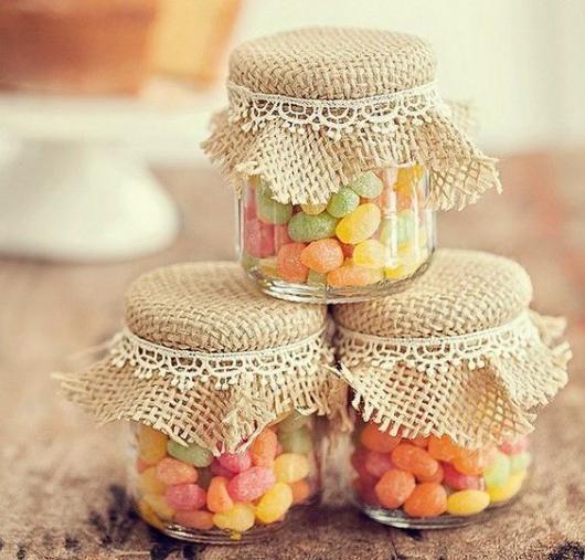 Potinhos de vidro para lembrancinhas com doces.