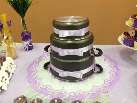 Bolo de Chá de Panela com panelas e laço de fita