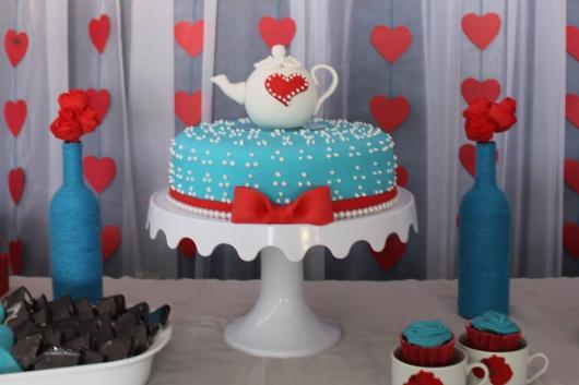 Bolo de Chá de Panela azul com laço vermelho