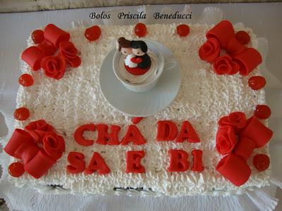 Bolo de Chá de Panela decorado com chantilly e topo no formato de xíxara com noivinhos