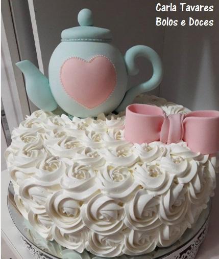 Bolo de Chá de Panela decorado com bico de confeiteiro e bule de pasta americana
