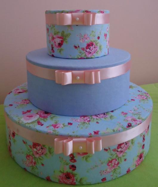 Bolo de Chá de Panela com com tecido florido azul