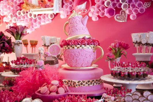 Bolo de Chá de Panela montado com bule e rosas