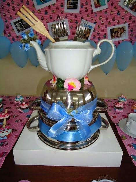 Bolo de Chá de Panela montado com utensílios