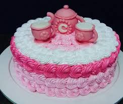 Bolo de Chá de Panela decorado com chantilly rosa e branco