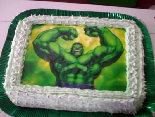 Bolo do Hulk decorado com papel de arroz e lateral com chantilly branco